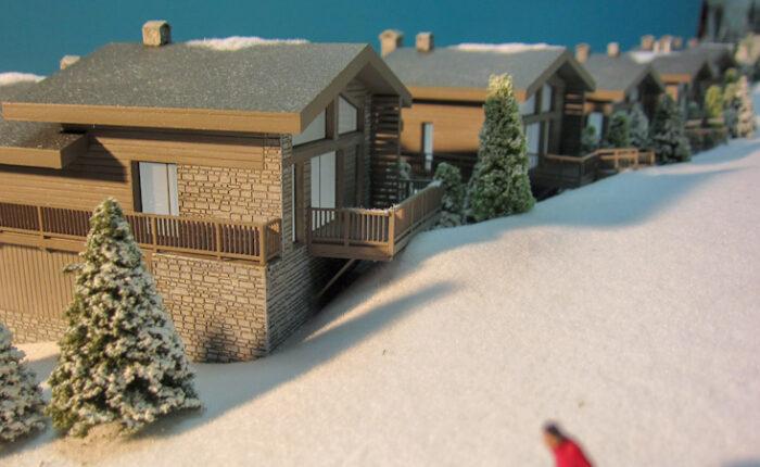 Maquette architecturale de promotion immobilière au 1/125 d'un projet de construction d'un complexe de chalets à Courchevel