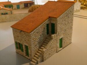 Maquette de reconstution d'une maison à escalier extérieur