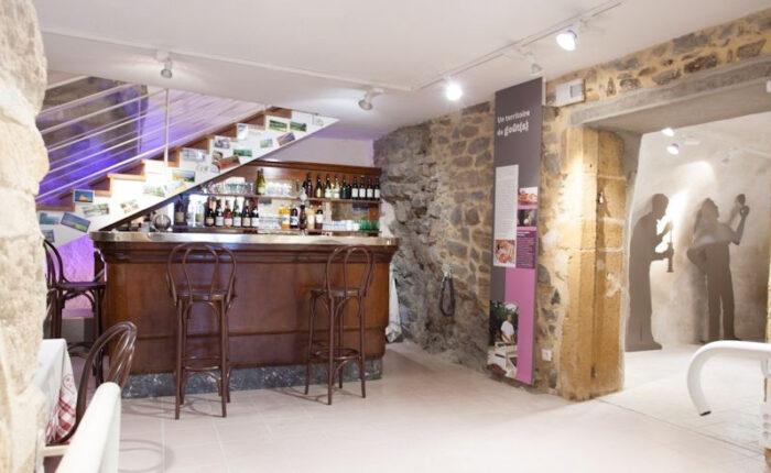Décor de reconstitution d'une salle de café avec son mobilier typique