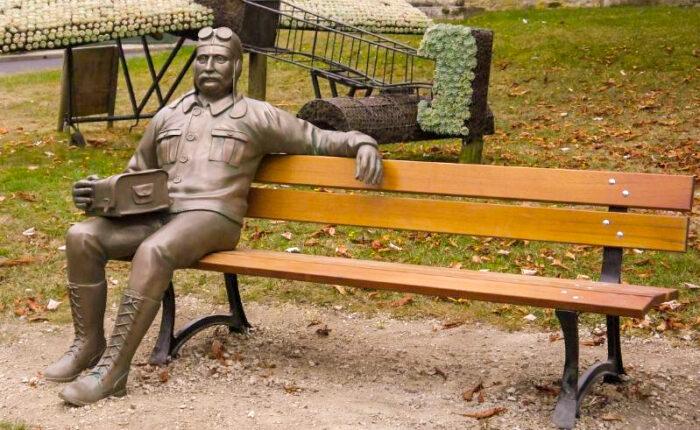 Sculpture en extérieur de l'aviateur Louis Blériot - Commune de Chaumont-sur-Tharonne