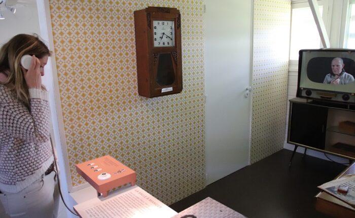 Fac-similé de télévision des années 1960 avec intégration d'un écran plat interactif