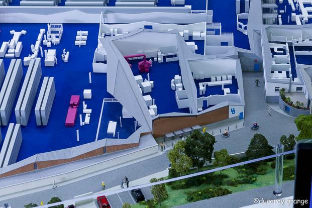 Maquette industrielle au 1/100 d'une usine en écorché avec rétro-éclairage et animation multimédia