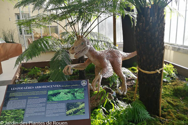 Sculpture de vélociraptor : un dinosaure à plumes