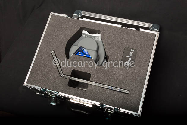 Maquette de Transmetteur de Pression Relative, avec son socle et ses fixations par boulons dans sa caisse de transport