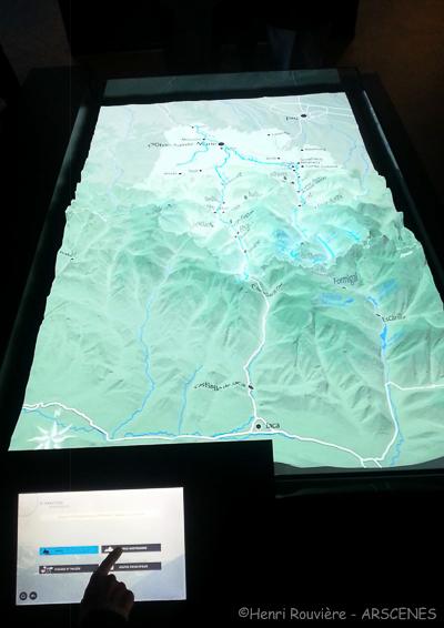 Maquette topographique blanche des Pyrénées support de projection