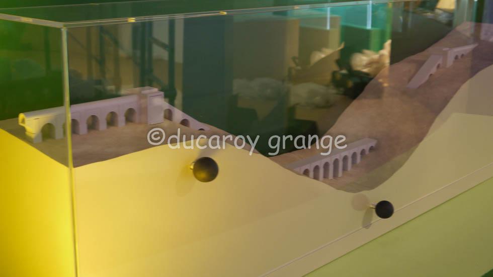 Restitution d'un aqueduc gallo-romain avec écorchés